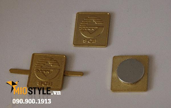 làm pin cài áo huy hiệu ngân hàng tài chính công ty theo yêu cầu thiết kế riêng SCB